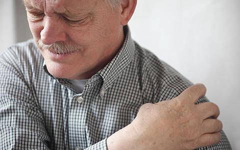 Боль в плечах: симптомы, причины и лечение