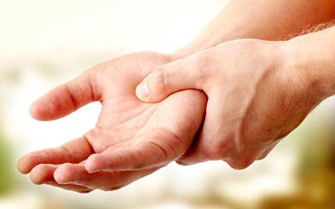 Ноющая больв суставах кистей рук может быть из-за врачи по заболеваниям суставов